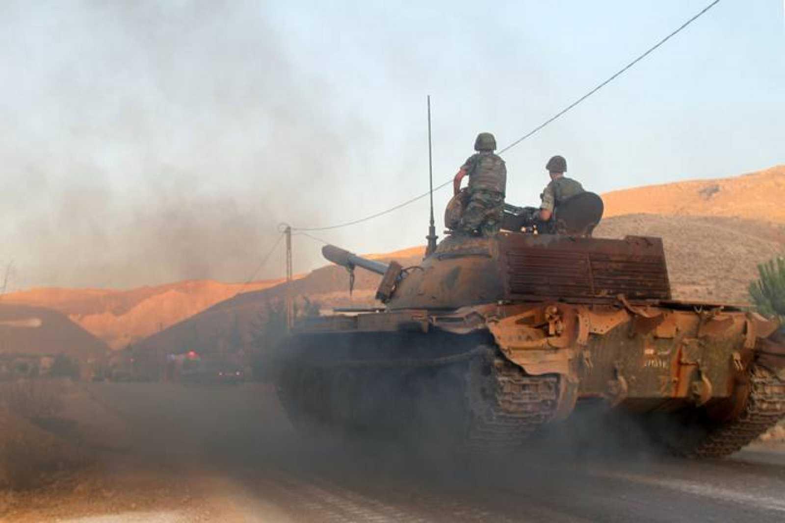 Un tanque del ejército libanés en la entrada de la ciudad de Arsal, cerca de la frontera con Siria.