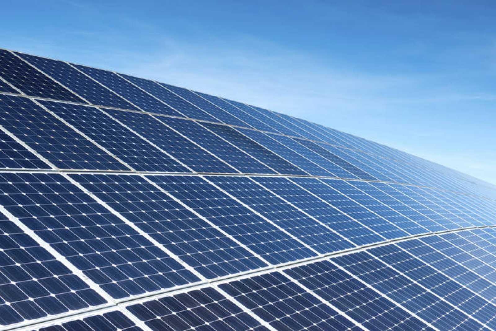 Un campo de paneles solares.
