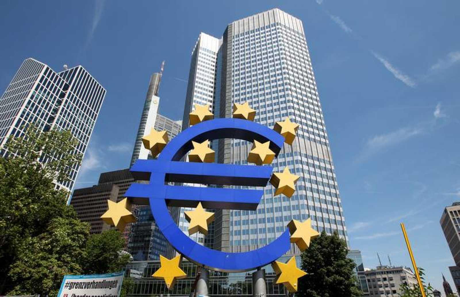 El logo del euro frente a la sede del BCE en Fráncfort