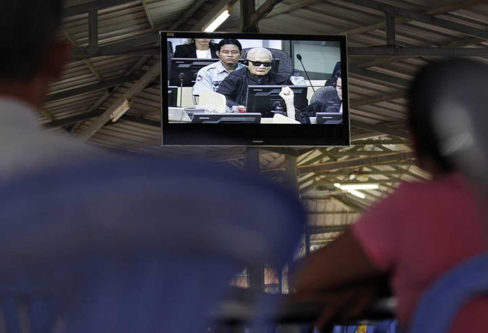 Camboyanos observan la transmisión de televisión del juicio a Nuon Chea en Phnom Penh.
