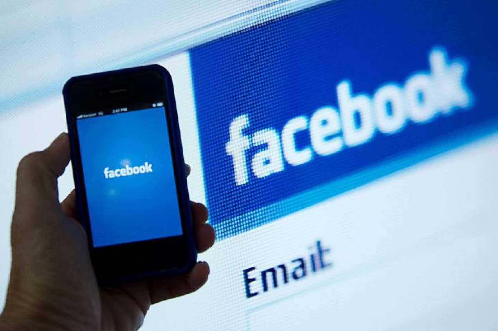 Imagen tomada en Washington con un iPhone con la aplicación de Facebook abierta frente al logo de la red social.