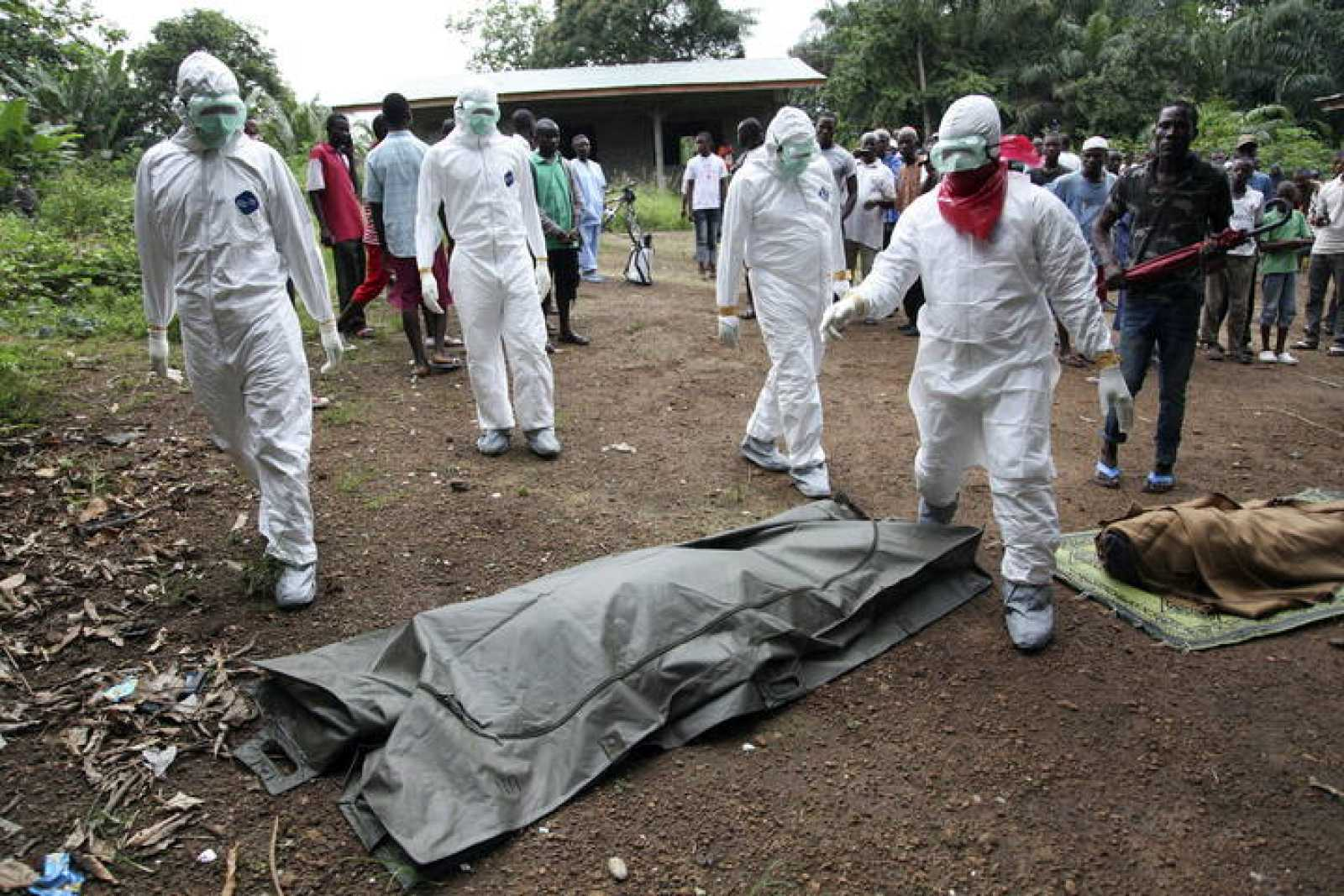 Enfermeros a punto de recoger a víctimas del virus del ébola en Liberia