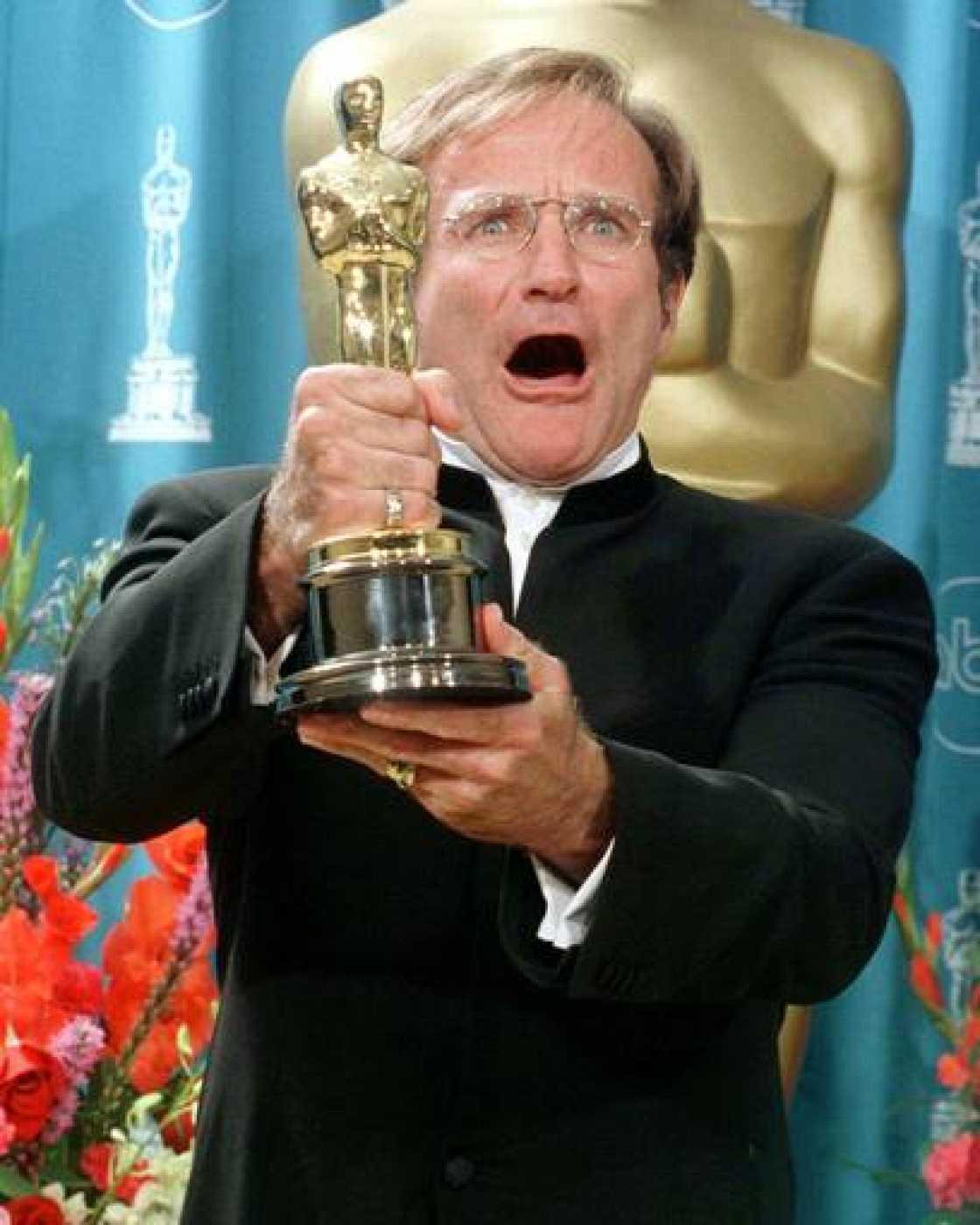 El actor Robin Williams muestra su Oscar por su papel secundario en la película 'El indomable Will Hunting'.