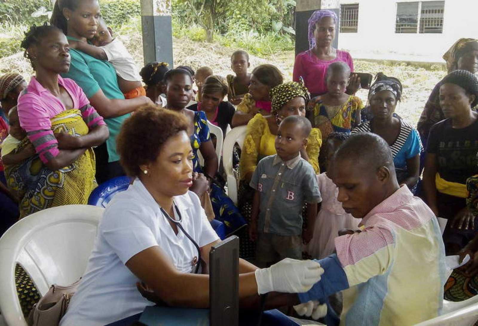 Una voluntaria en un programa de cuidado médico gratuito para la comunidad en Nigeria.