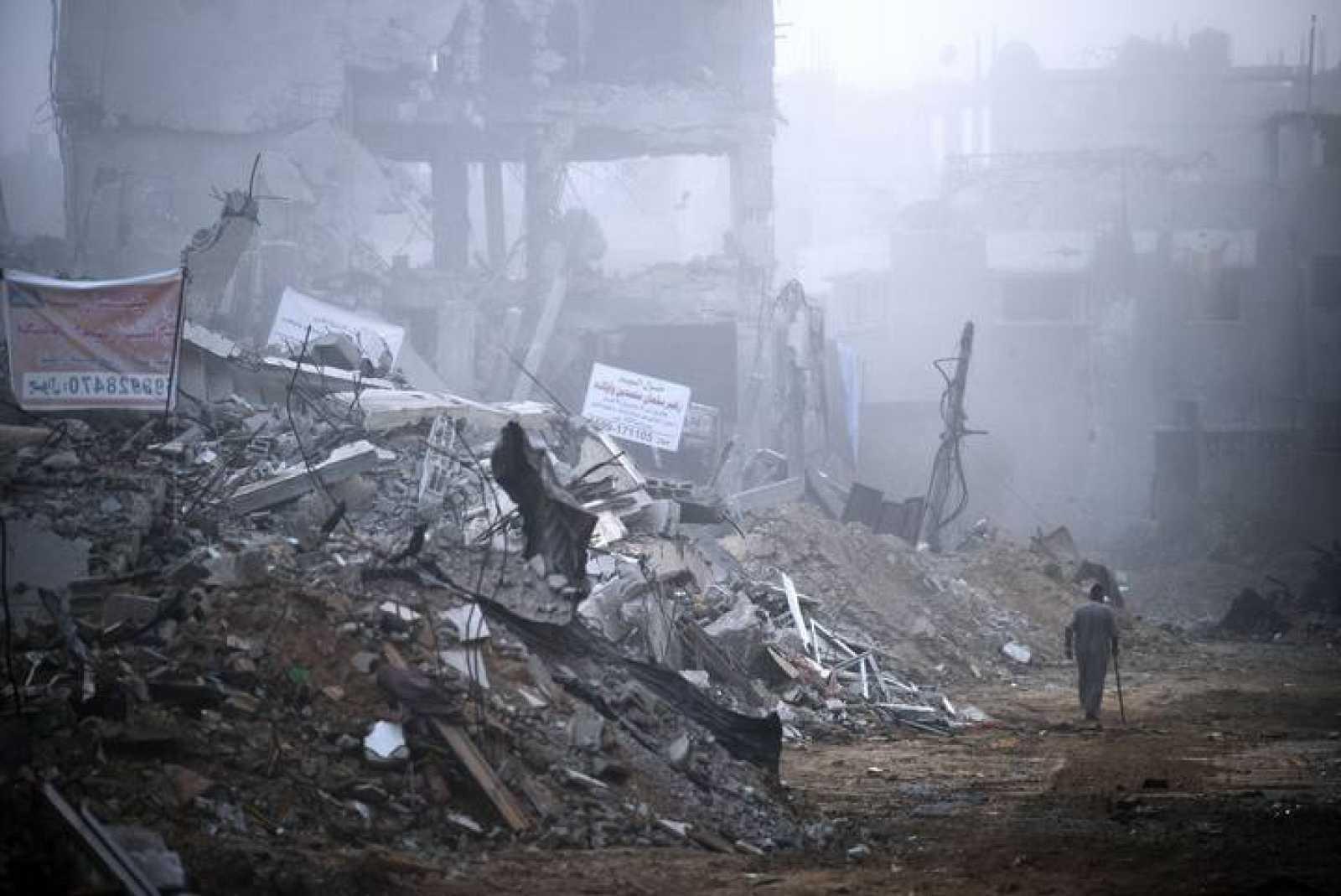 Un palestina camina entre los escombros en Shajaiya, uno de los barrios gazatías más golpeados por Israel.