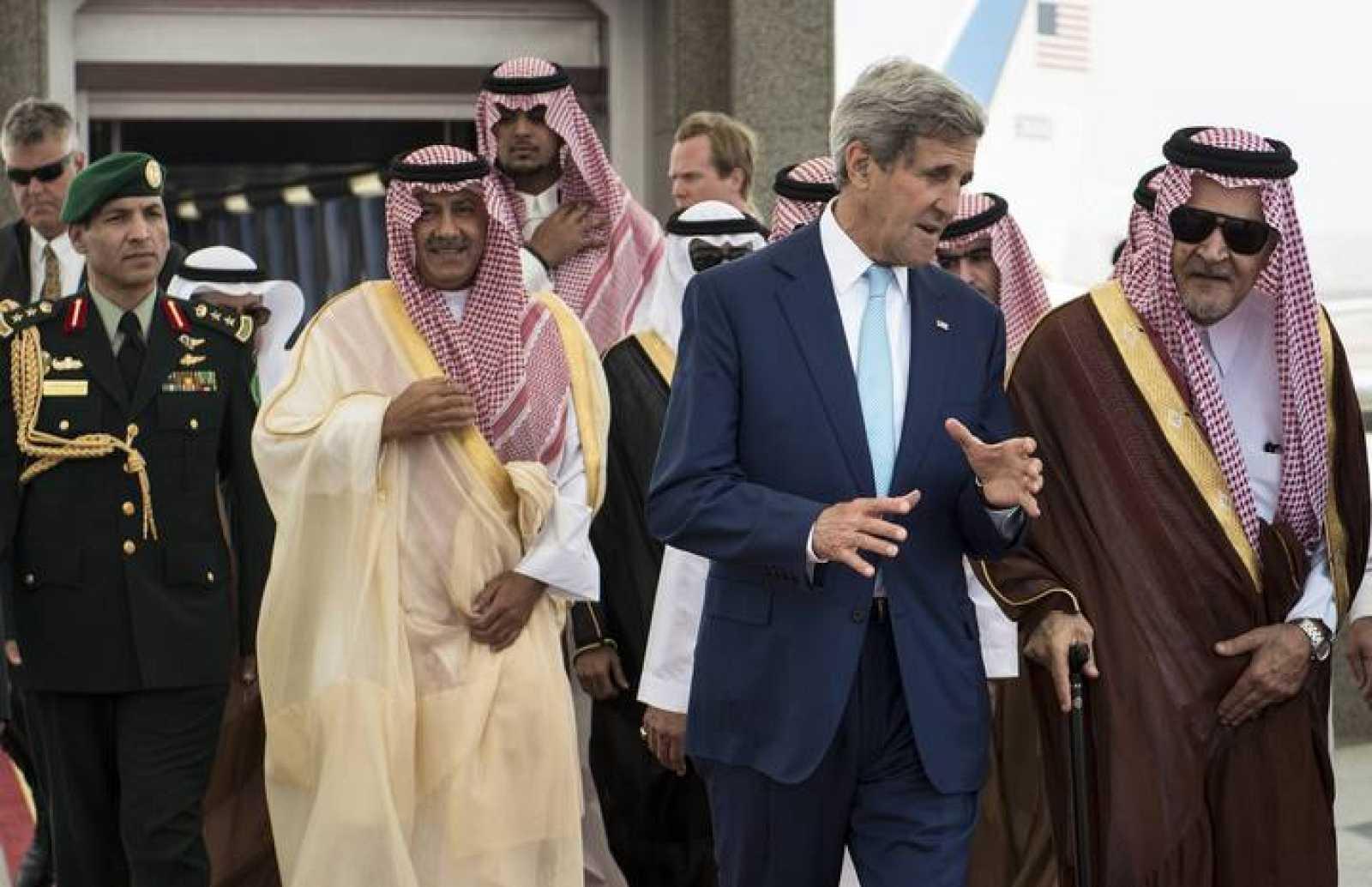 El secretario de Estado norteamericano, John Kerry, converda con el ministro de Exteriores saudí, el príncipe Faisal.