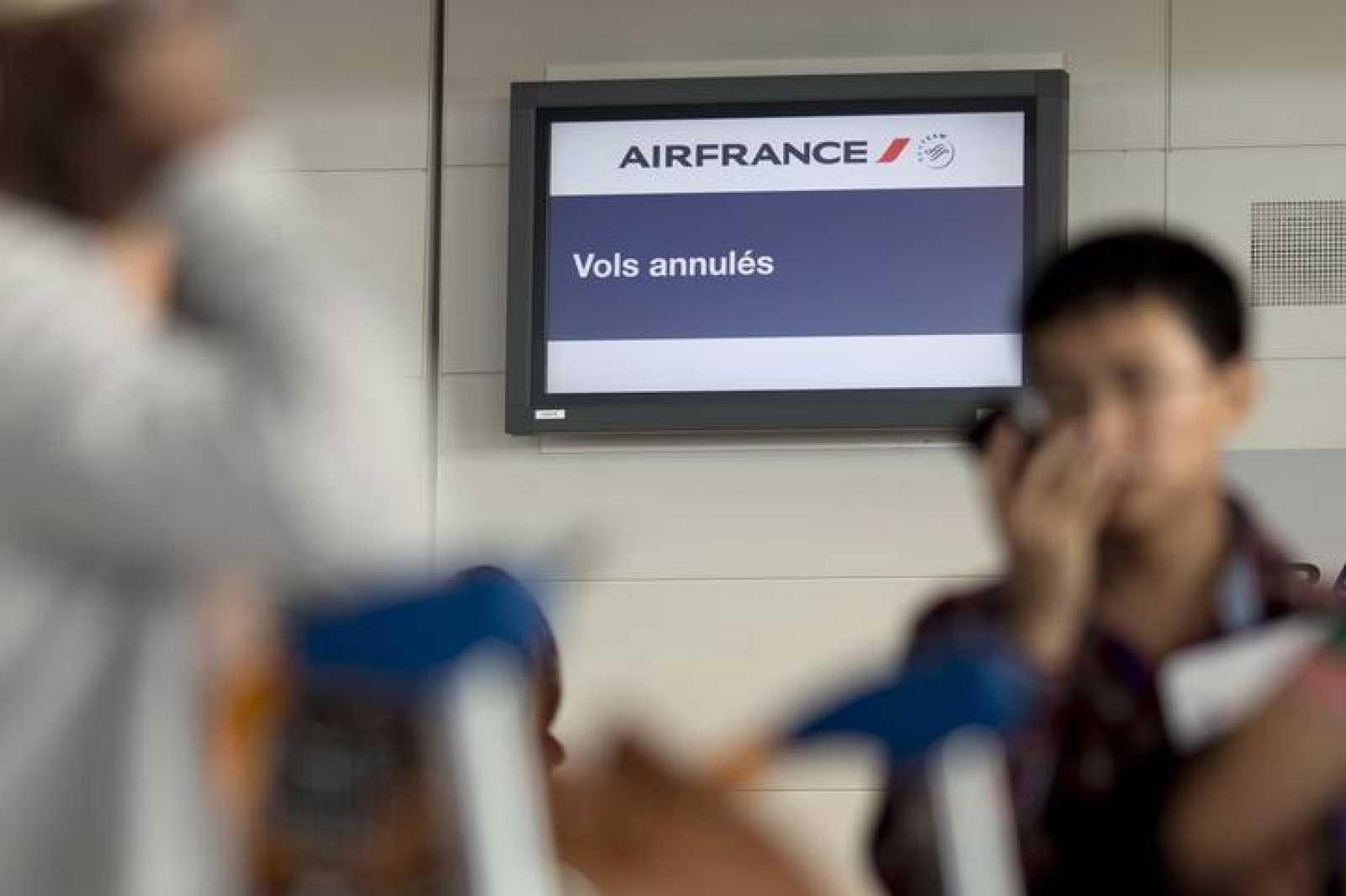 """""""Vuelos cancelados"""", se lee en una pantalla del aeropuerto parisino Charles de Gaulle"""