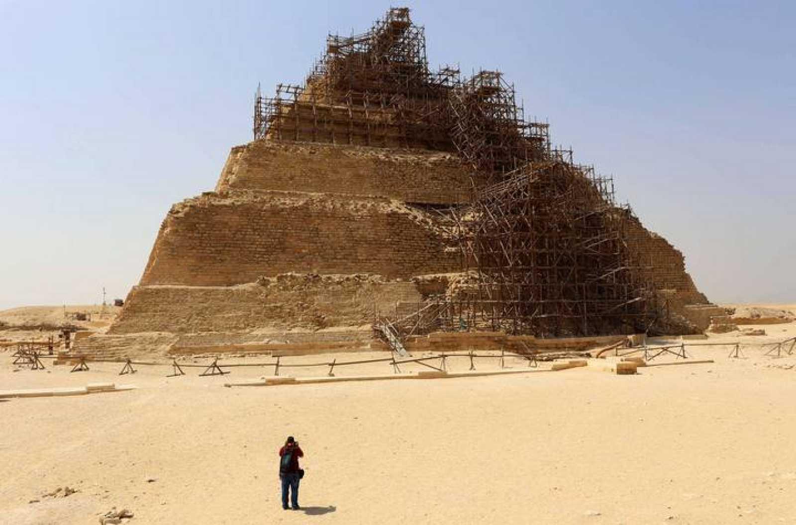 La pirámide de Zoser, en Saqqara, con los andamios del proceso de restauración.