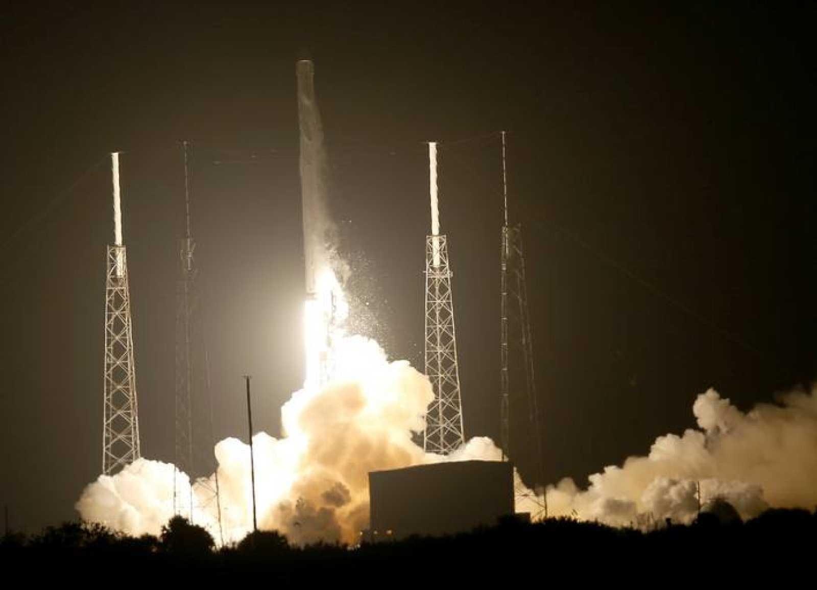 La cápsula Dragon de la empresa SpaceX ha despegado este domingo de Cabo Cañaveral (Estados Unidos).