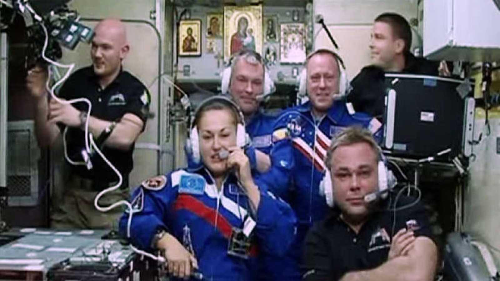 Primera conexión con la nueva tripulación de la Estación Espacial Internacional.