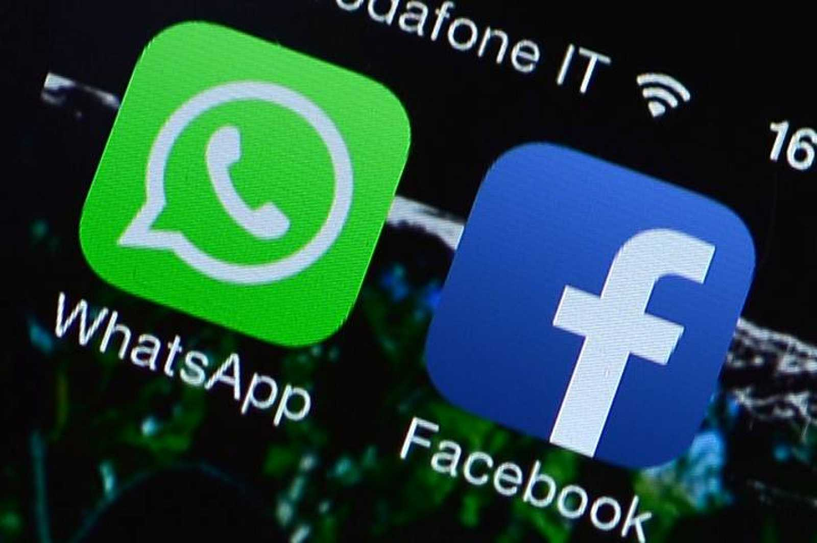 Logos de Whatsapp y Facebook en un teléfono móvil