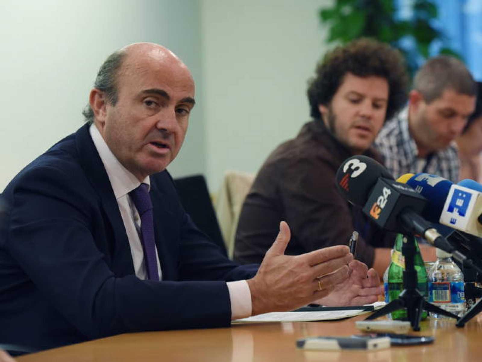 El ministro español de Economía y Competitividad, Luis de Guindos (i).