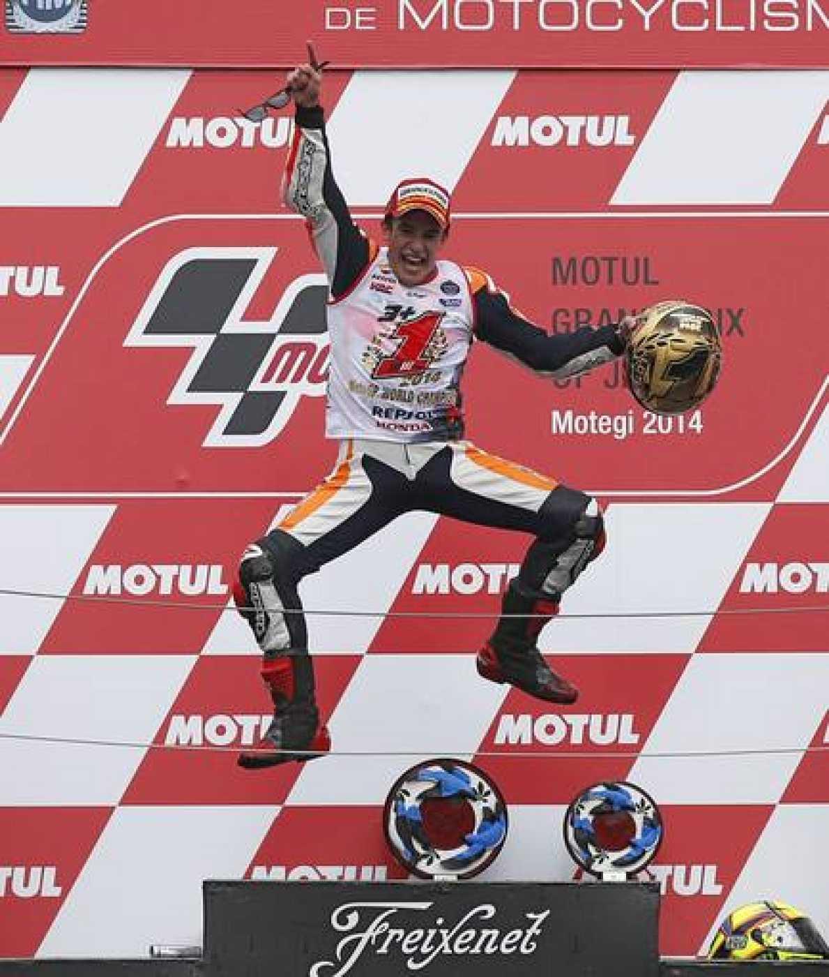 El piloto español de Honda, Marc Marquez, celebra su título de campeón del mundo de MotoGP en el circuito de Motegi, Japón