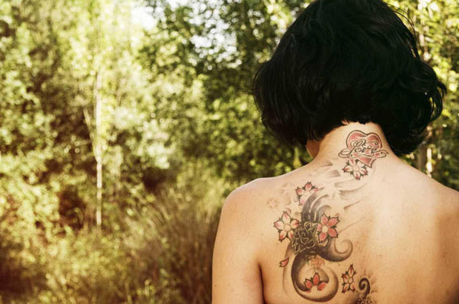Los tatuajes se hacen depositando la tinta en la dermis perforando con una aguja.