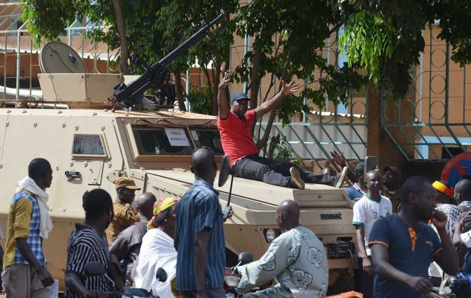 Un hombre celebra sobre un tanque la caída del presidente Blaise Compaoré.