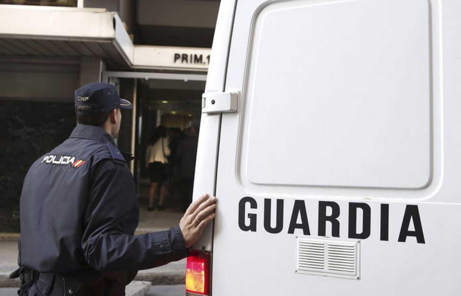 Un policía junto a un furgón en la puerta de la Audiencia Nacional, que juzga algunos de los principales casos de corrupción.