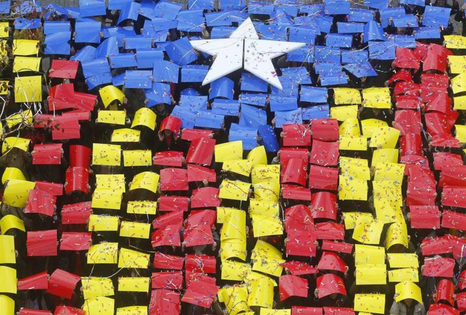 La 'estelada', la bandera independentista catalana, formada por ciudadanos en un acto el pasado mes de febrero en Sant Feliu del Llobregat.