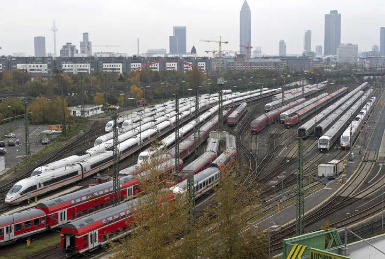 Trenes de alta velocidad, regionales y de cercanías de Deutsche Bahn permanecen estacionados en la estación central de Fráncfort