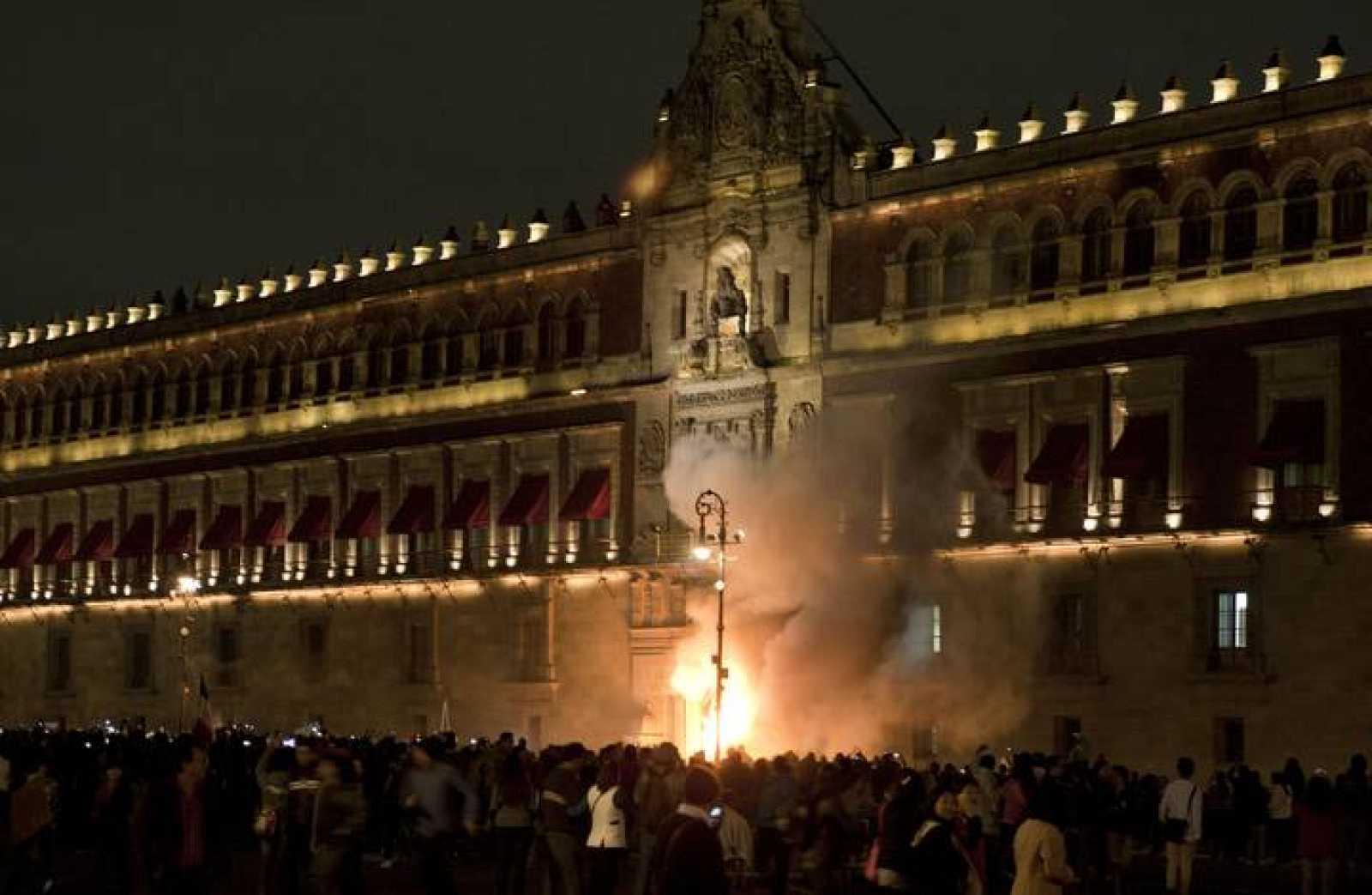 Las puertas del Palacio Nacional, sede del Ejecutivo mexicano, arden ante la mirada de cientos de manifestantes
