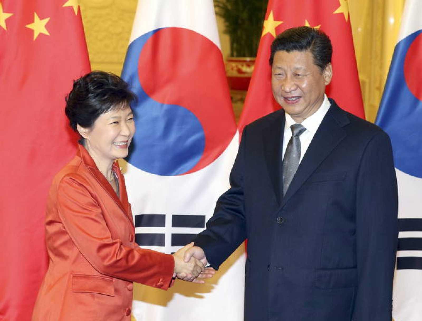 El presidente chino, Xi Jinping, saluda a su homóloga surcoreana, Park Geun-hye