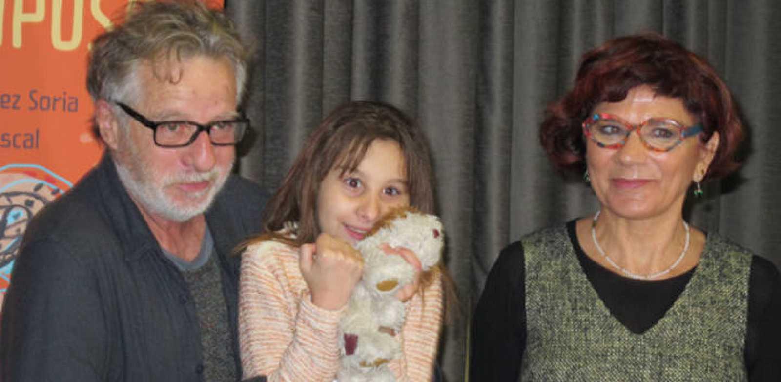 Nadia flanqueada por los autores del cuento que narra su historia, el ilustrador Javier Mariscal y la escritora Marisa López Soria