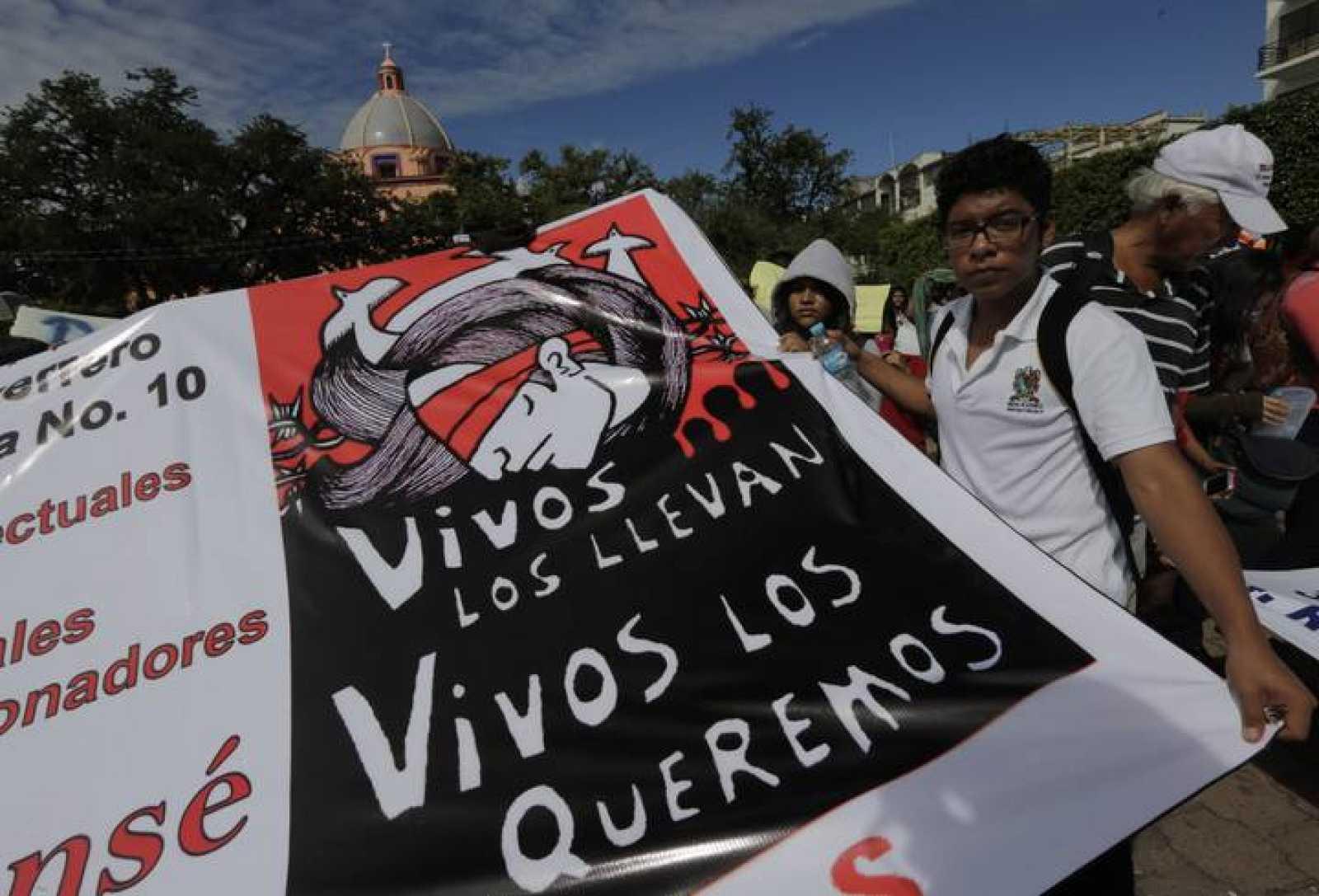 Un joven se manifiesta ante el palacio municipal de Iguala pra protestar por la desaparición de los 43 estudiantes.