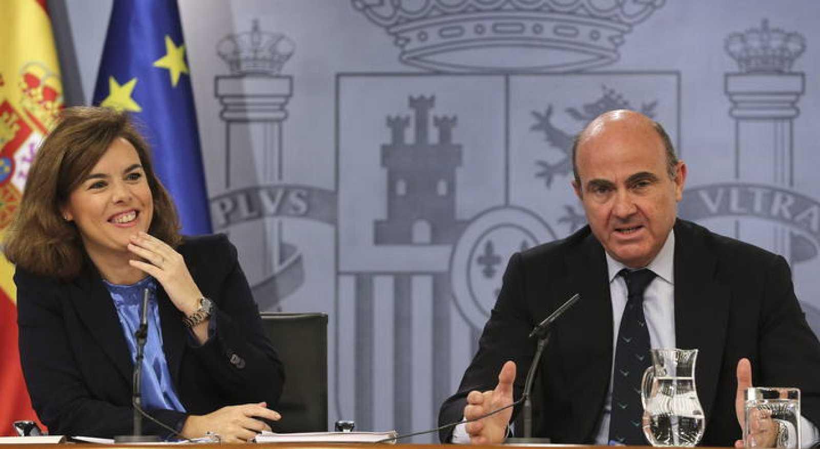La vicepresidenta del Gobierno, Soraya Sáenz de Santamaría, y el ministro de Economía y Competitividad, Luis de Guindos