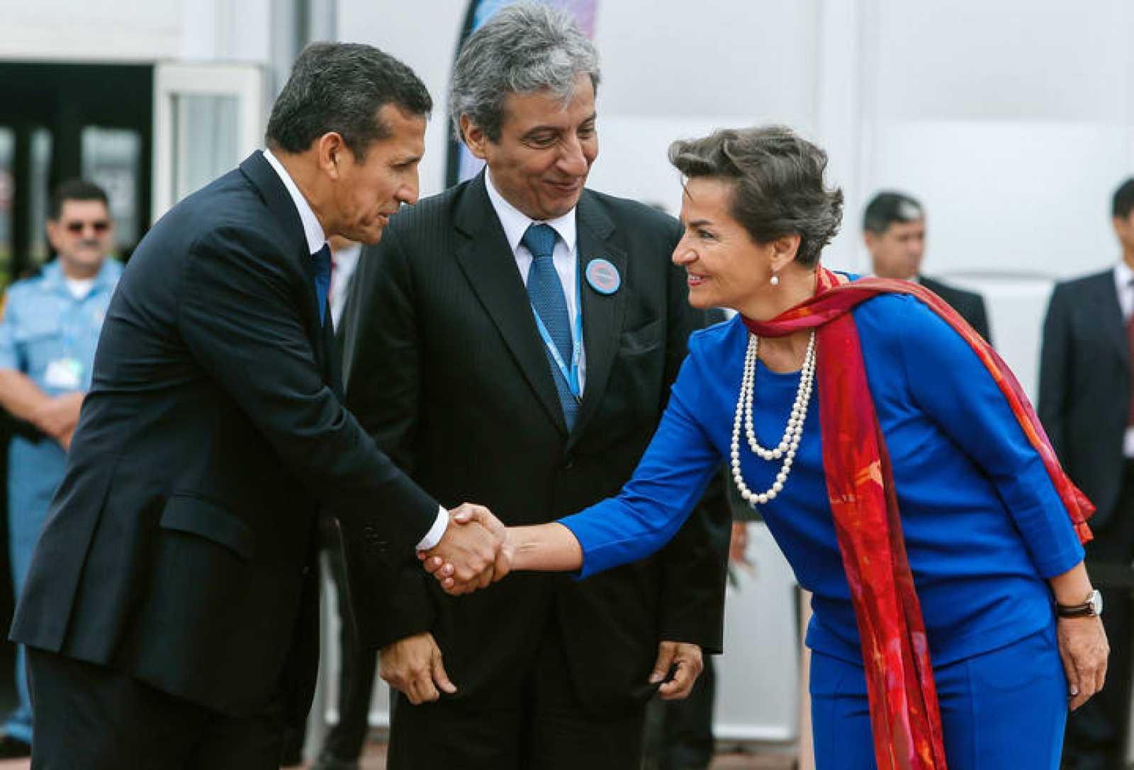 El presidente de Perú, Ollanta Humala, estrecha la mano a la secretaria ejecutiva de la Convención de la ONU sobre el cambio climático, Christiana Figueres.