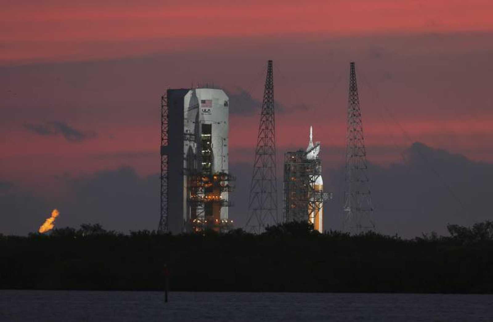 El cohete Delta IV Heavy, preparado para lanzarse mientras amanecía en Cabo Cañaveral.