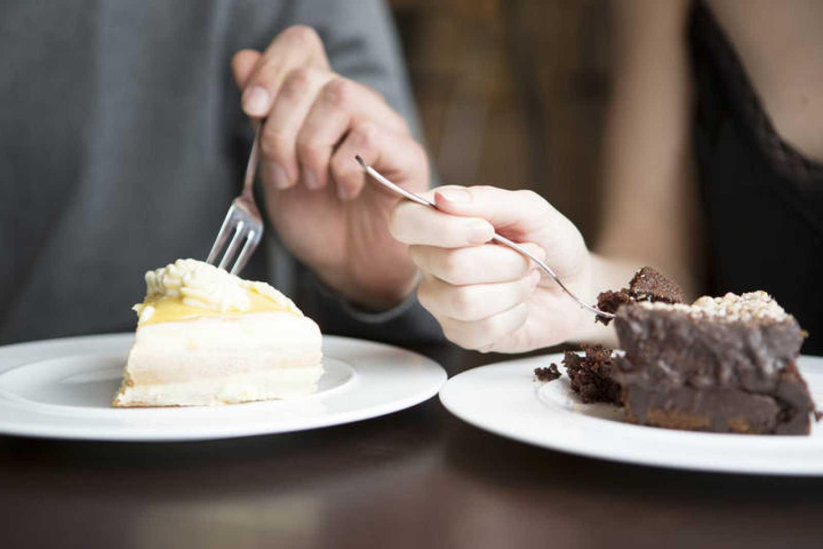 Una pareja comiendo tarta.