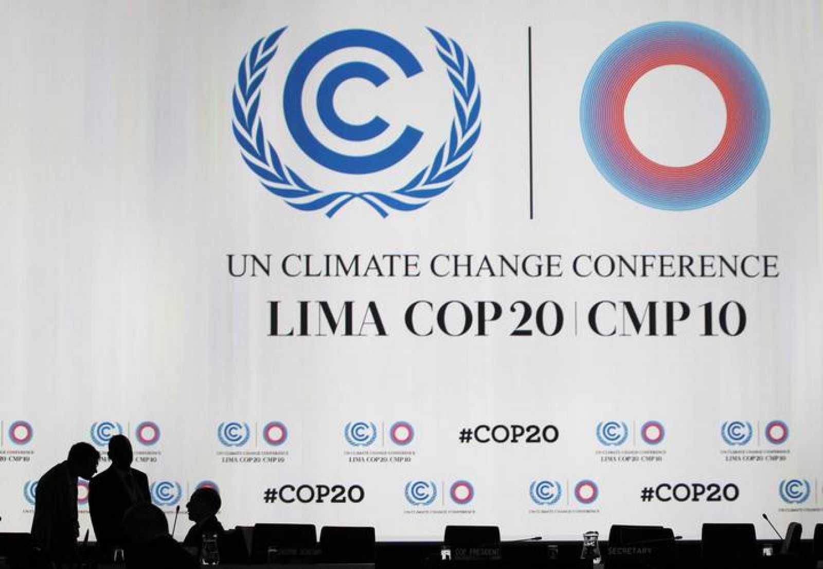 Los delegados hablan durante un descanso en una sesión plenaria de la Conferencia sobre el Cambio Climático en Lima.