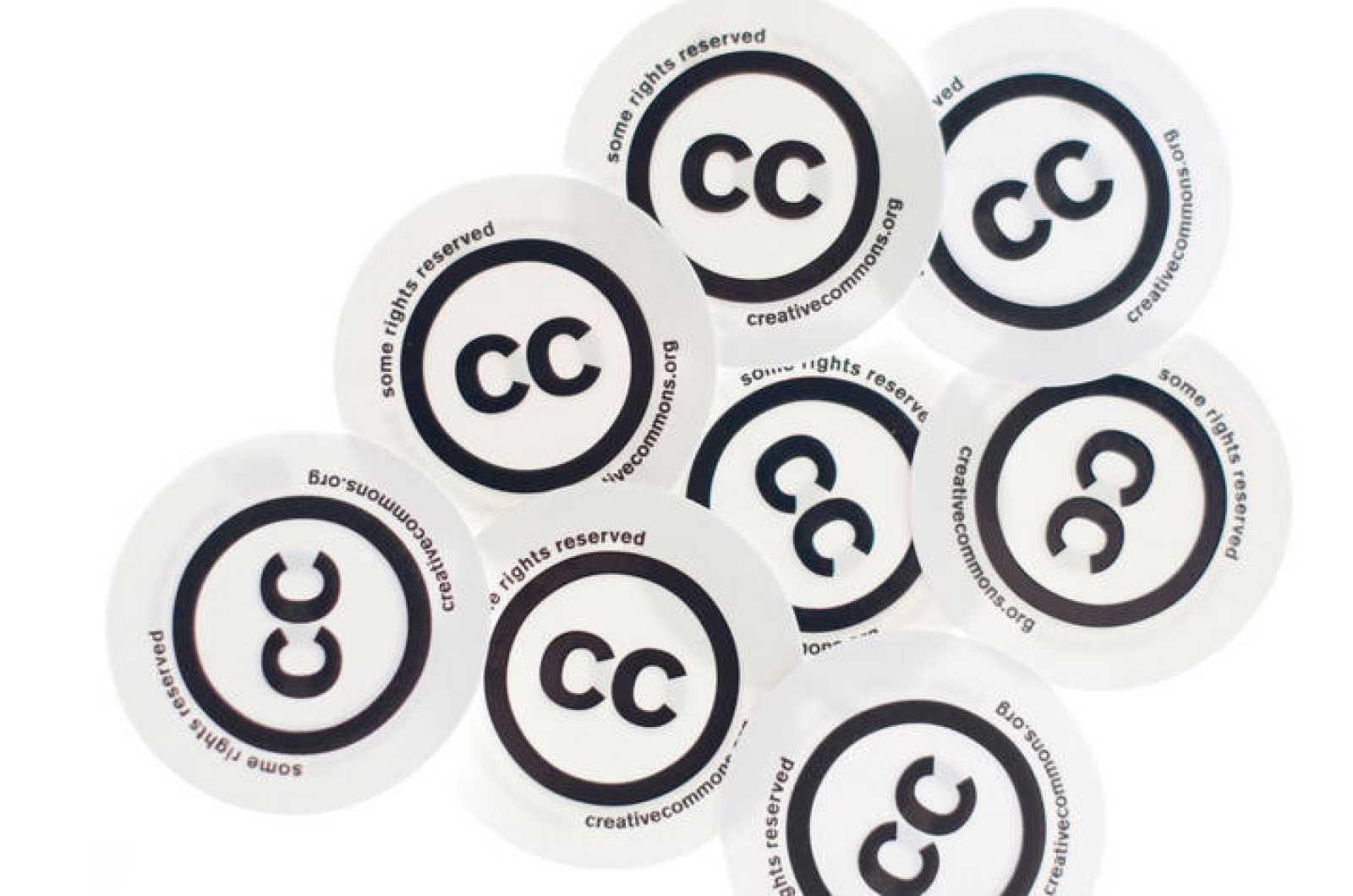 Chapas con el logo de Creative Commons.