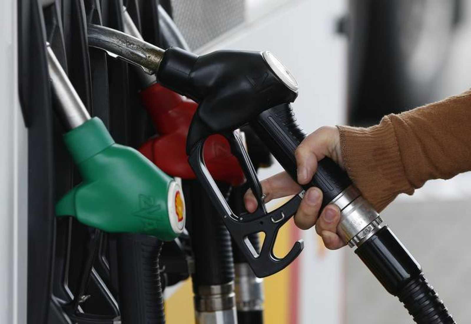 Un cliente reposta combustible en una gasolinera