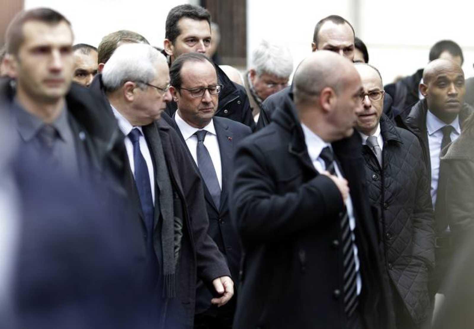 El presidente francés, François Hollande, llega a la sede del 'Charlie Hebdo'