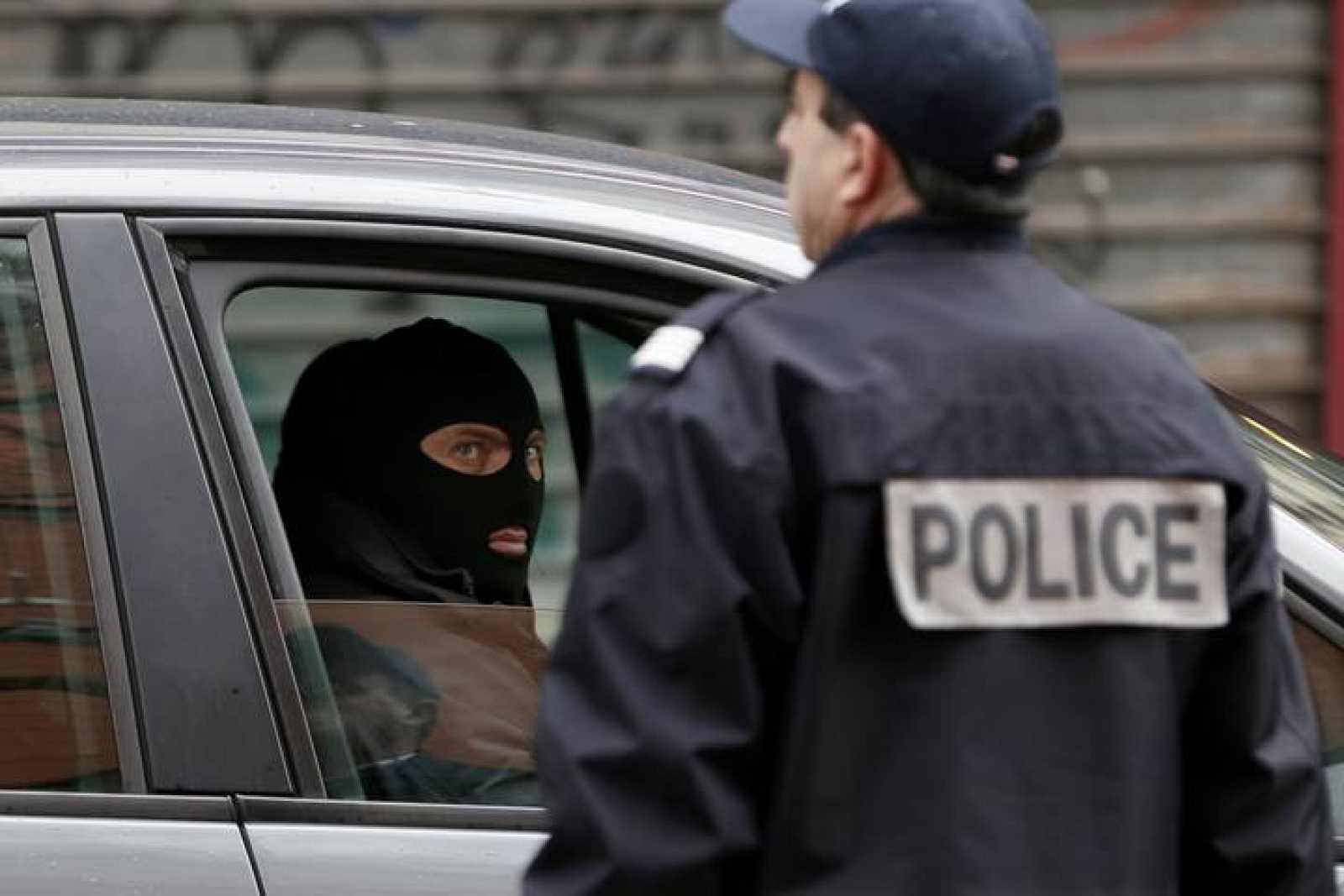 Miembros de las fuerzas especiales francesas vigilan el escenario del tiroteo en Montrouge, cerca de París.