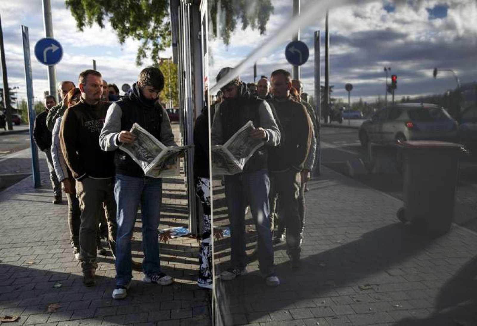 Una fila de parados ante una oficina de empleo en Madrid
