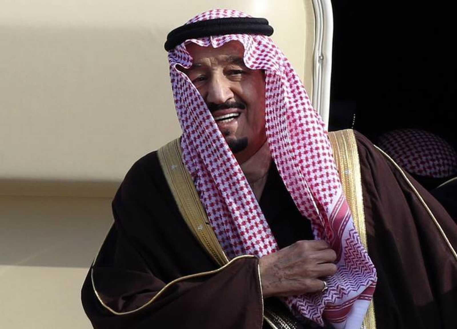 Imagen de archivo del rey Salman (entonces príncipe) en su llegada al aeropuerto de Haneda, en Tokio.