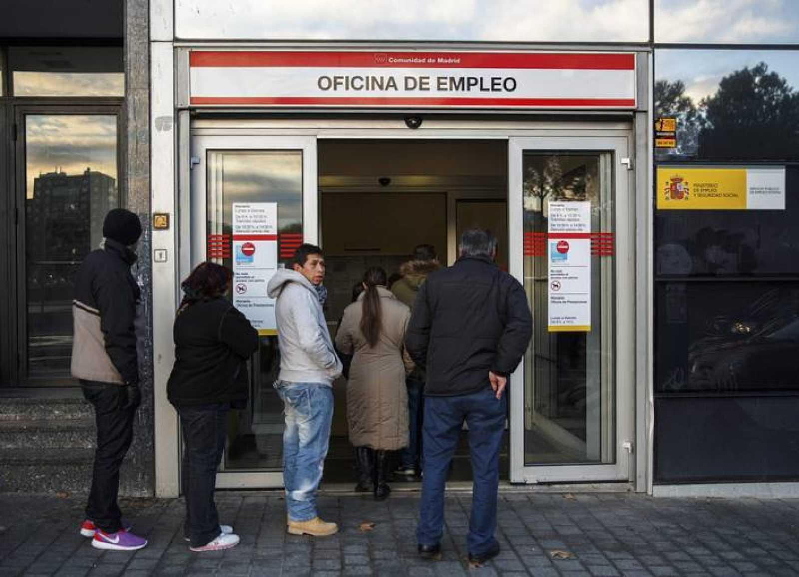 Gente entrando en una oficina de empleo de Madrid