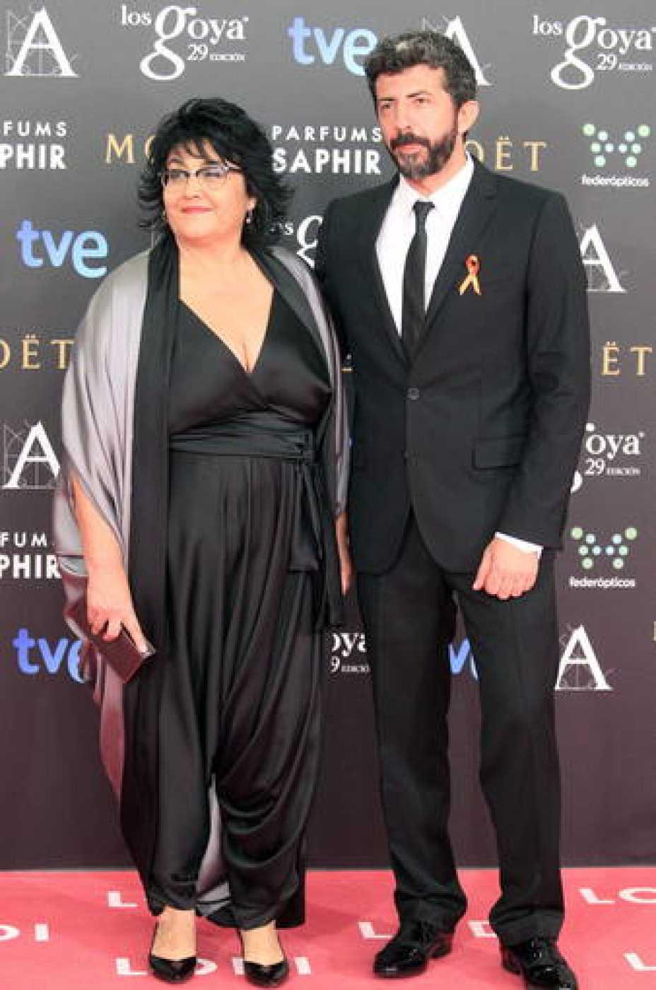 El director de 'La Isla Mínima', Alberto Rodríguez Librero luce el lazo naranja de los trabajadores de RTVE en la alfombra roja de los premios Goya 2015.