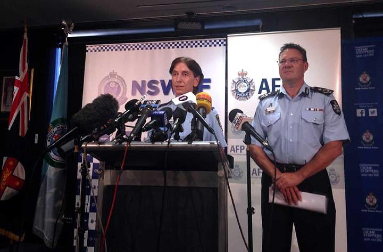 El vicecomisionado de la Policía Federal Australiana, Michael Phelanuth , escucha a su homóloga en Nueva Gales del Sur, Catherine Burn, en una rueda de prensa sobre las detenciones en Sidney.