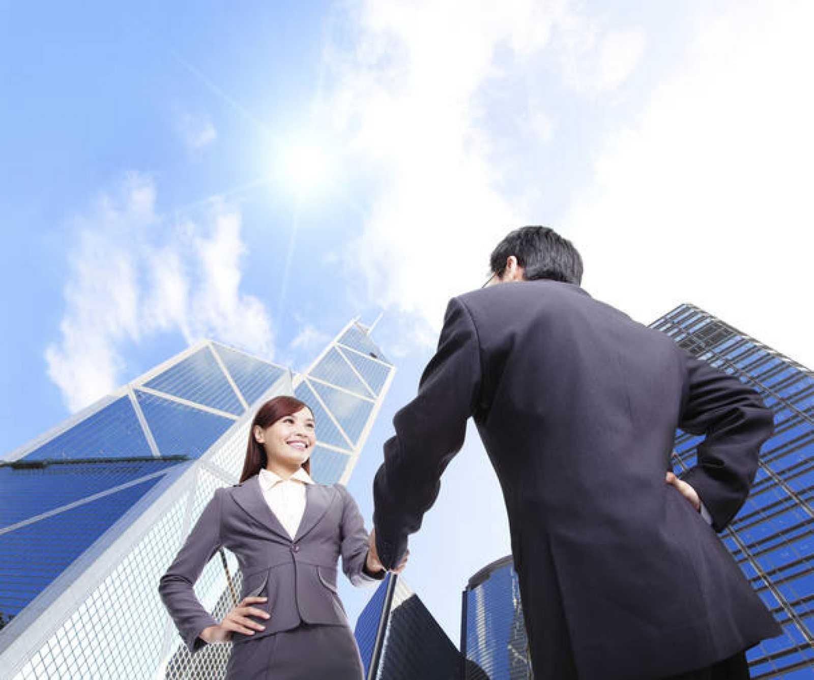 Una alta ejecutiva saluda a un colega