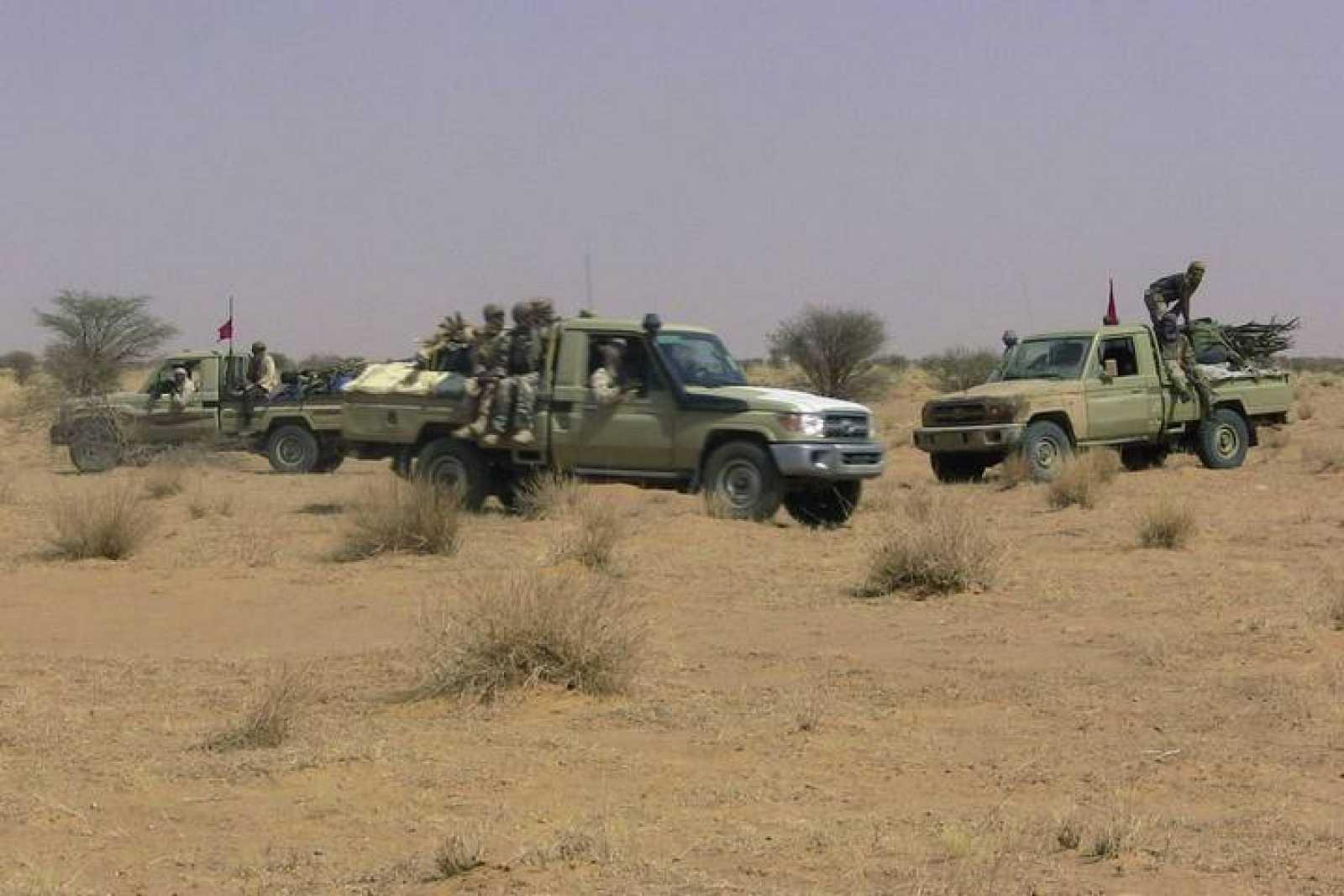 Rebeldes tuaregs sobre un vehículo en el desértico norte de Mali