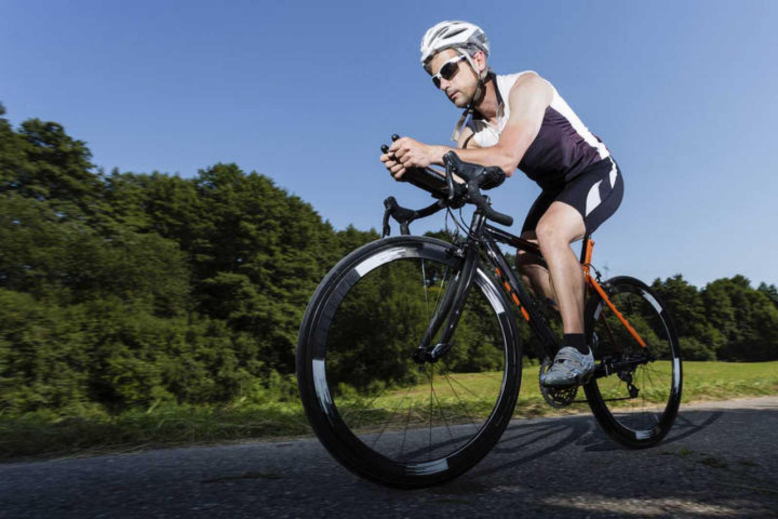 Un triatleta corriendo en bici.