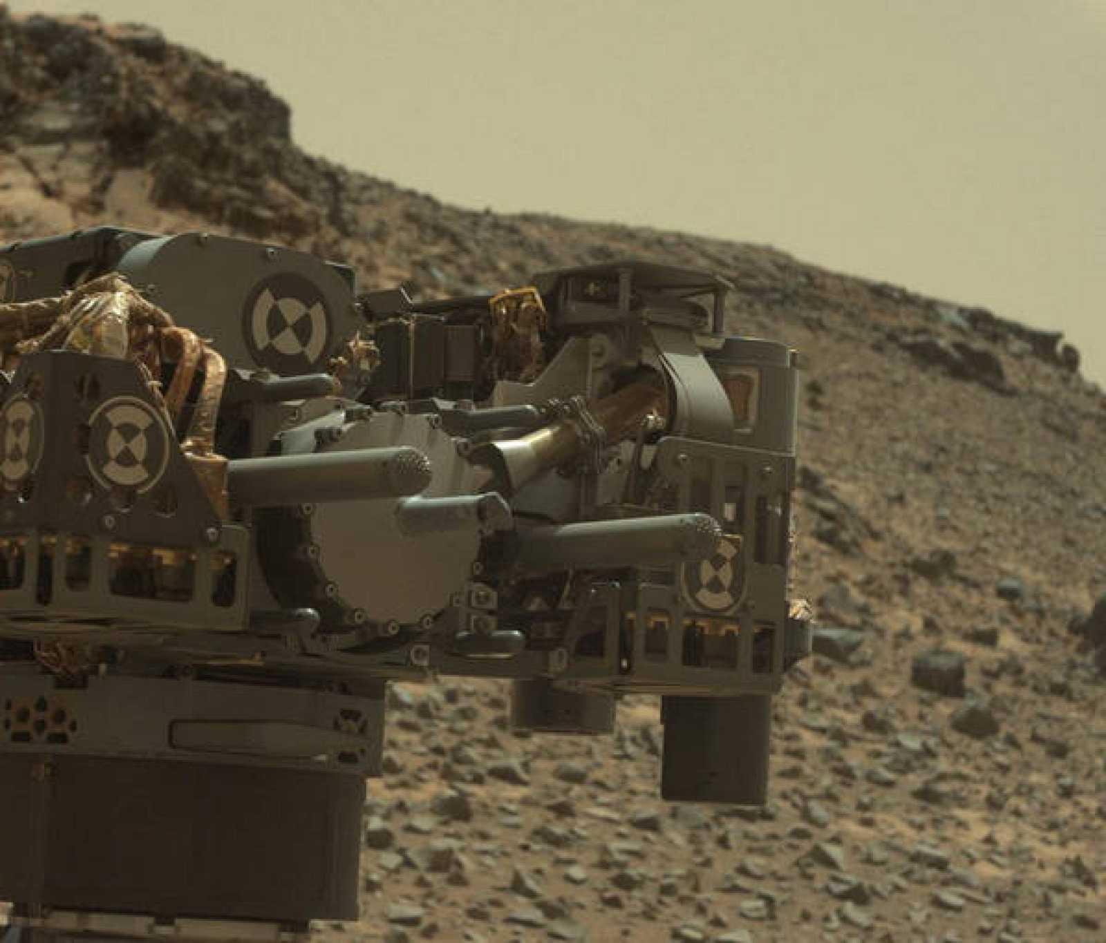 El brazo robótico de Curiosity tras taladrar en la cima Telegraph de Marte.