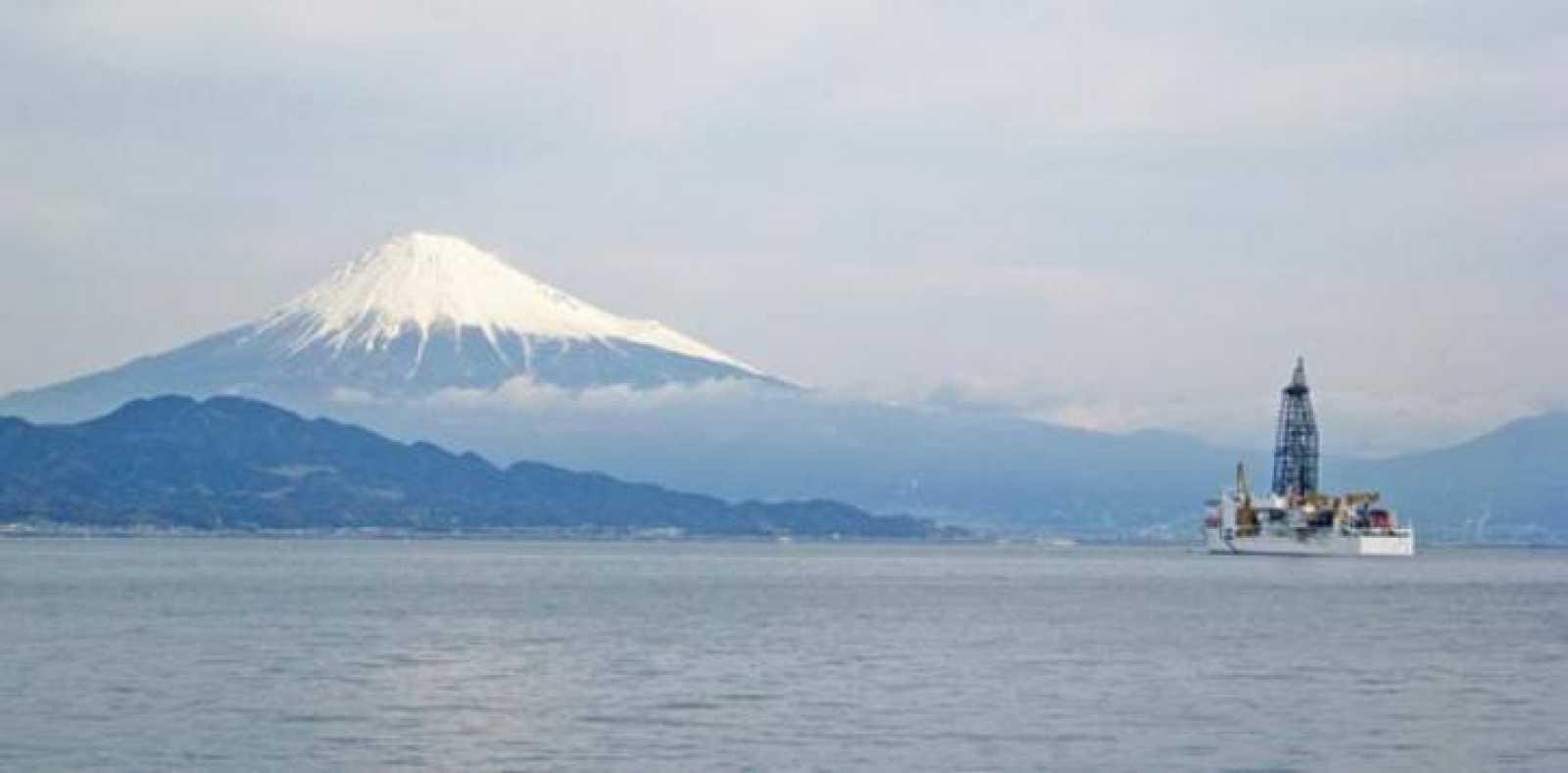 El barco japonés de perforación 'Chikyu', ante el monte Fuji, en uno de los proyectos del Programa Internacional para el Descubrimiento del Océano (IODP).