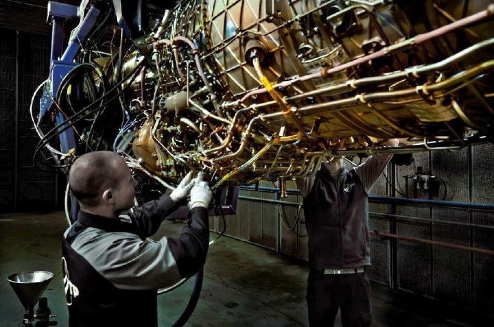 Trabajadores en un banco de pruebas de propulsores