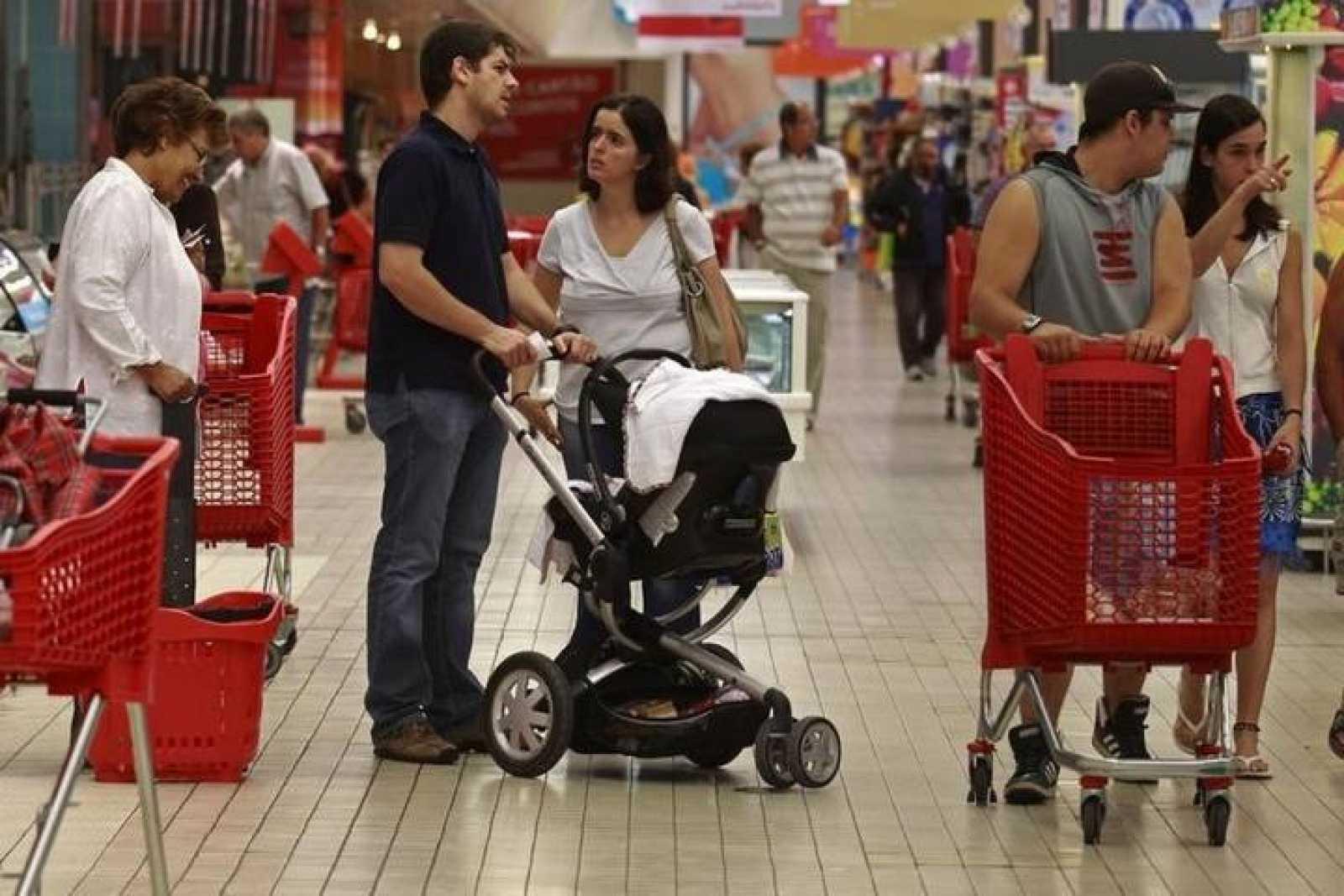 Varias personas compran en un supermercado de Lisboa