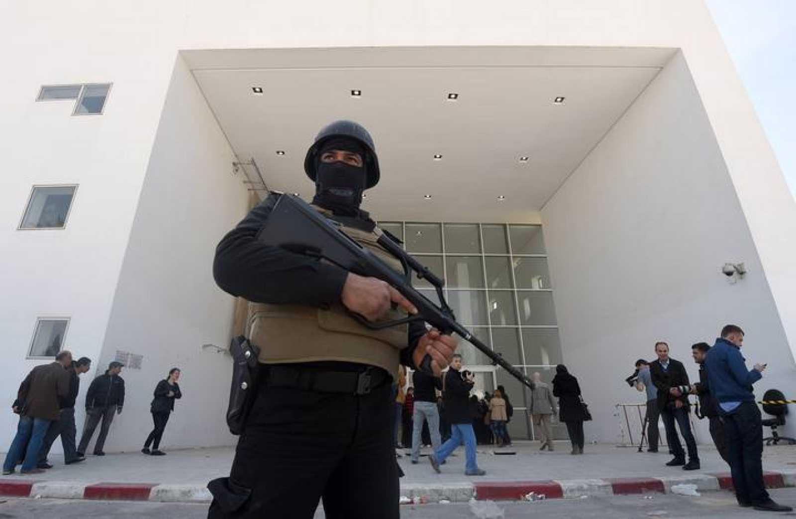 Un miembro de las fuerzas de seguridad vigila el Museo del Bardo de Túnez