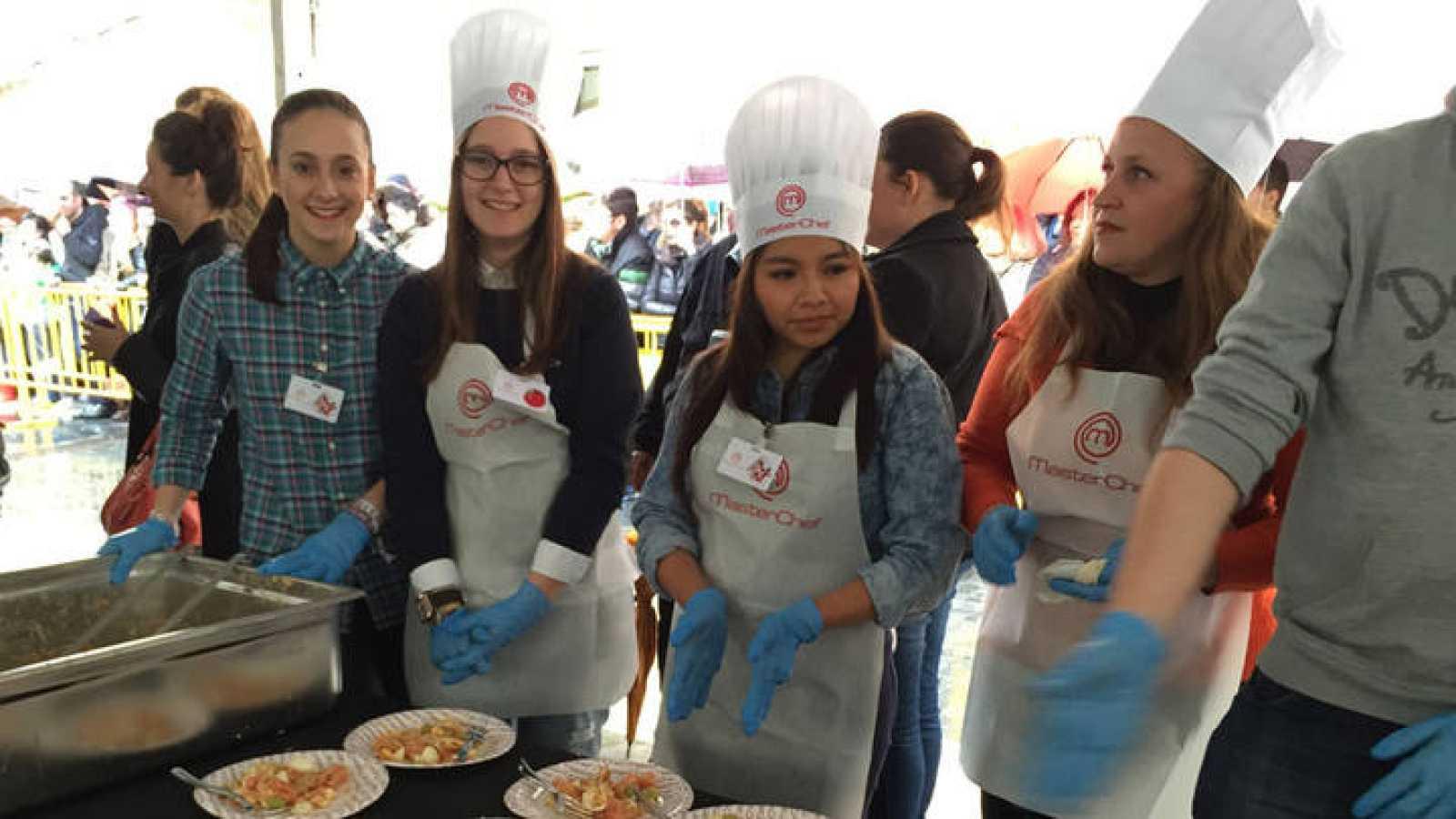 Delia, Mercedes y Leticia preparan la ensalada murciana de MasterChef