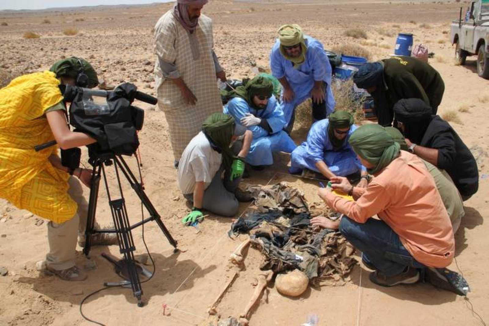 Imagen de la exhumación de dos fosas comunes en el Sáhara Occidental en 2013.